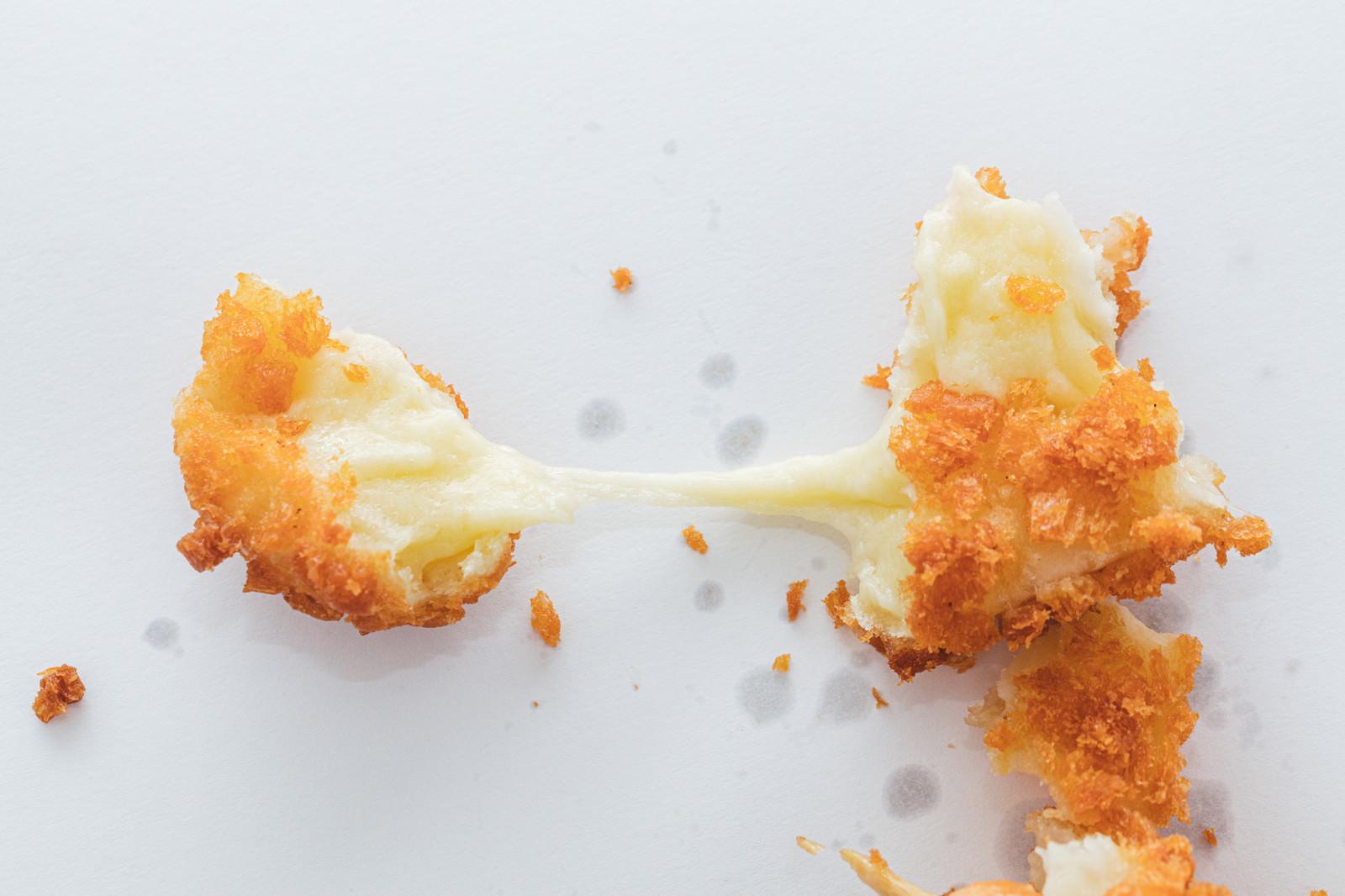 「チーズドッグの伸びるチーズ」の写真