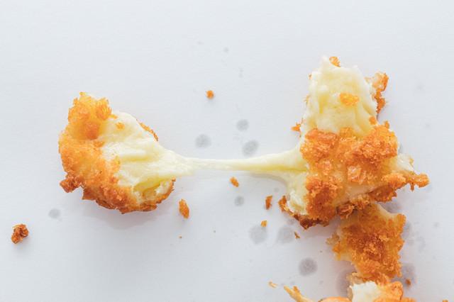 チーズドッグの伸びるチーズの写真