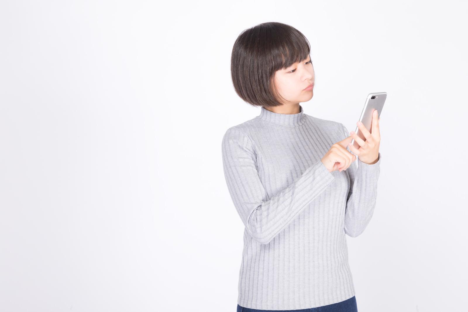 「スマホで検索中の女性スマホで検索中の女性」[モデル:千歳]のフリー写真素材を拡大