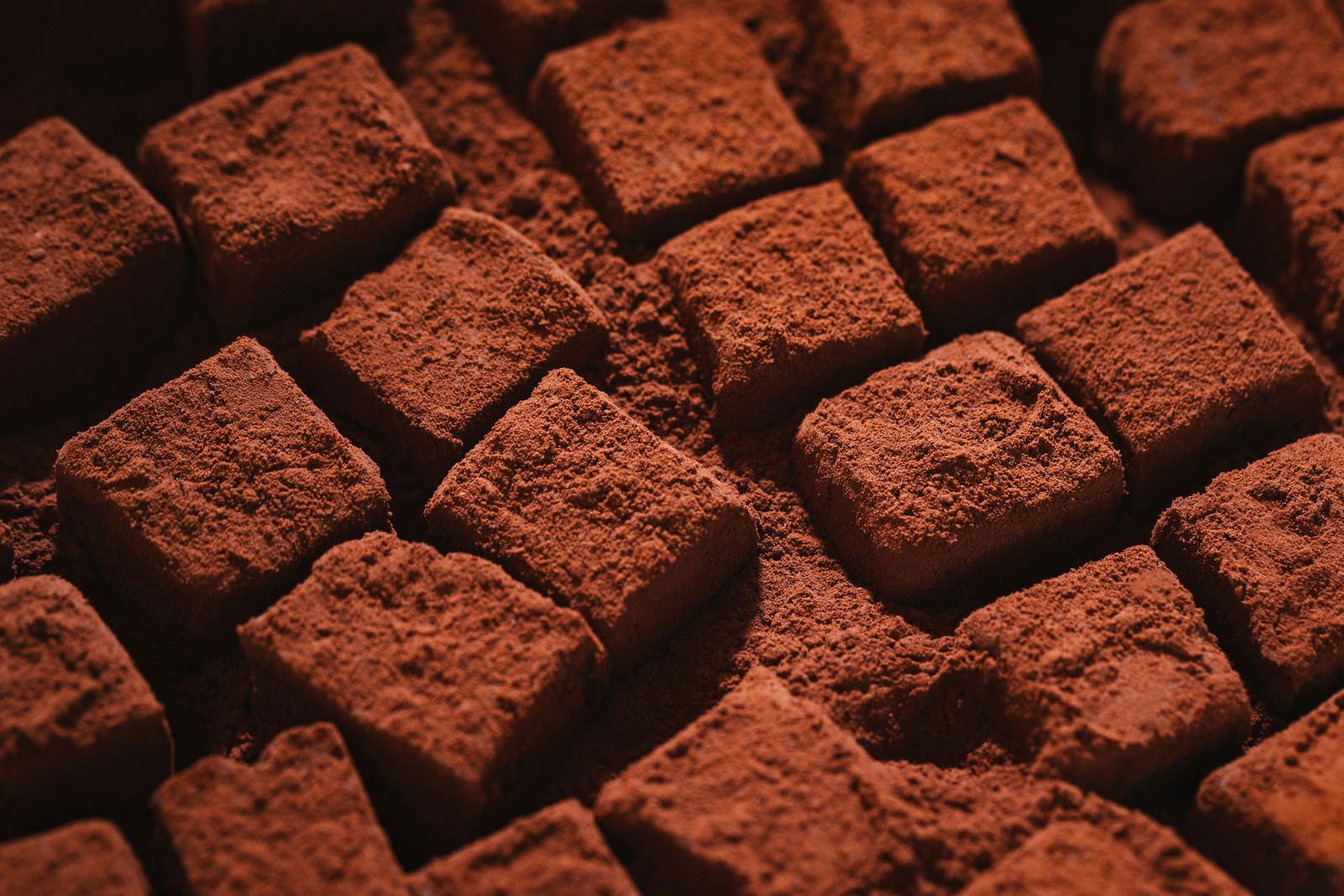 「ココアパウダーに埋まる四角い生チョコ」の写真