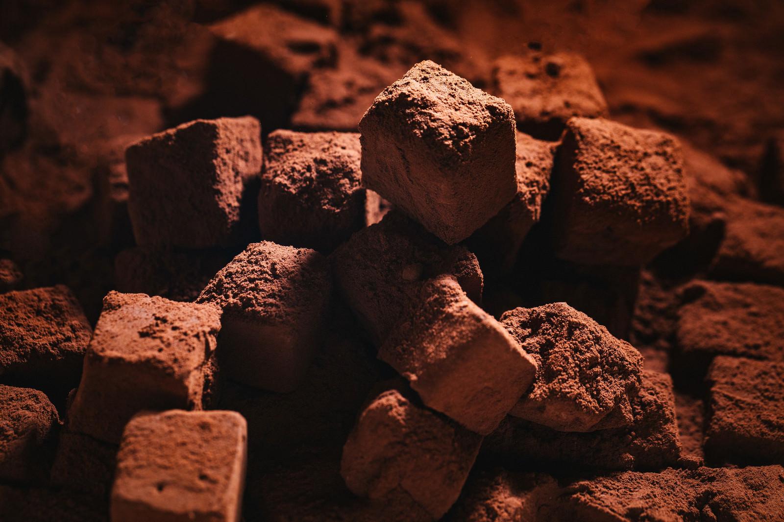 「生チョコにココアパウダーをまぶす」