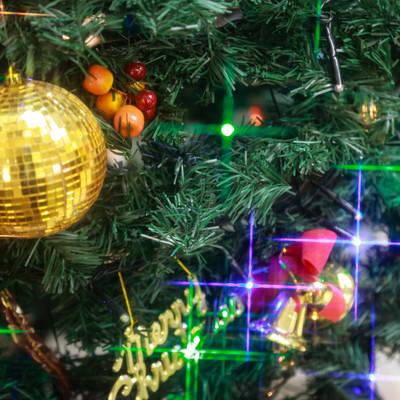 クリスマスの飾りとライトアップの写真