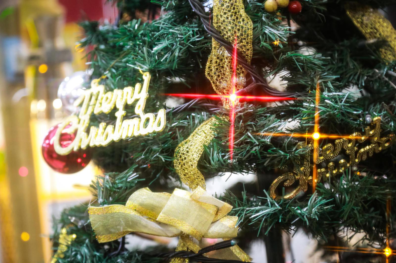 「Merry Christmas と書かれたツリー」の写真