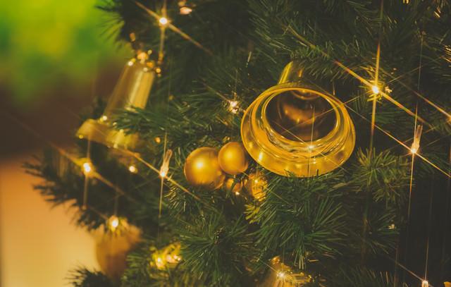 「クリスマスツリーとベル」のフリー写真素材
