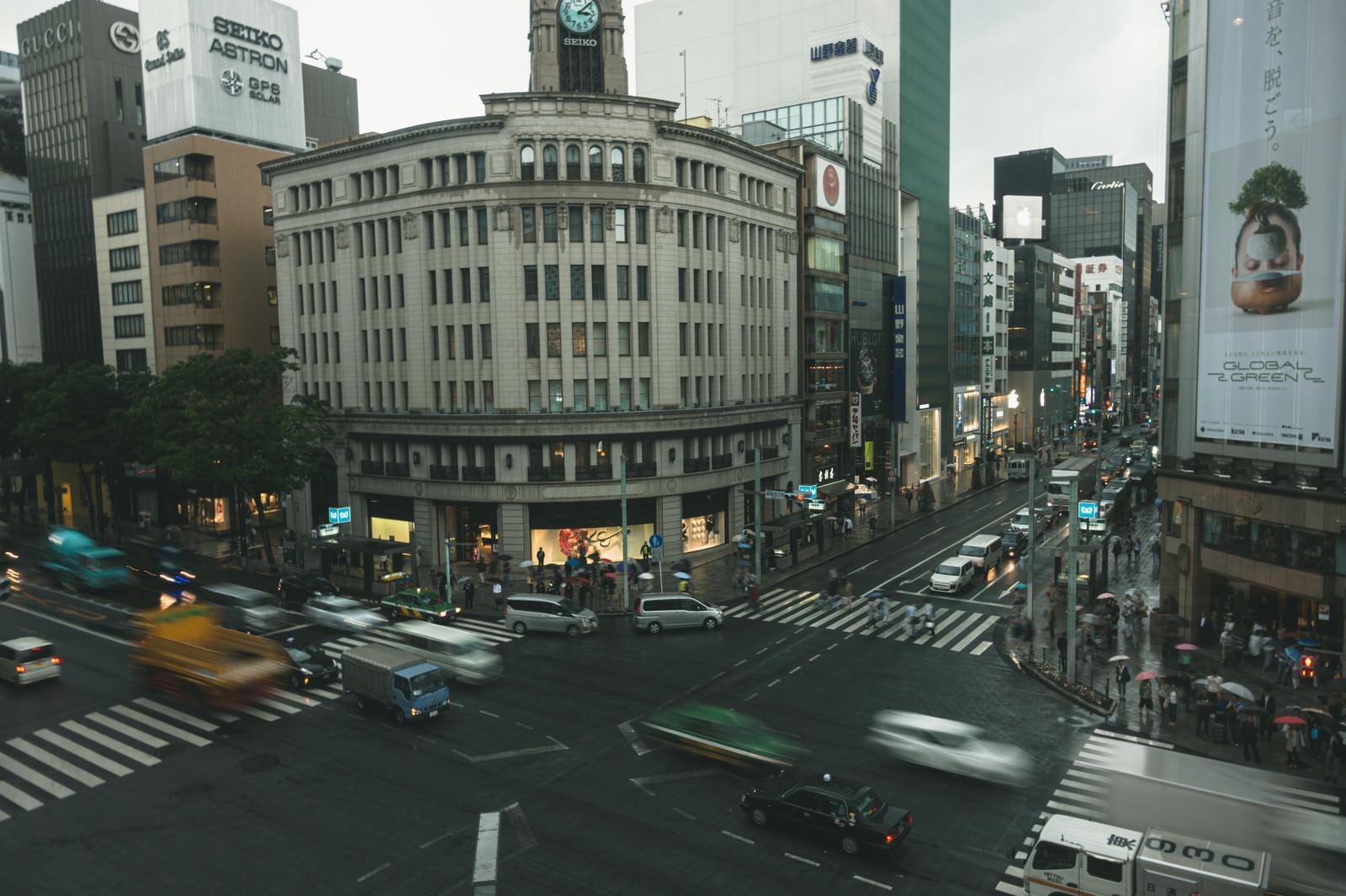 「雨天の銀座・和光の時計塔と交差点」の写真