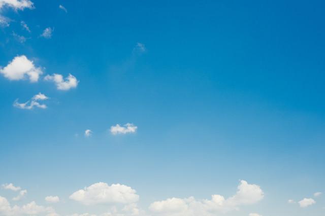 青空に少し雲が出てきたの写真