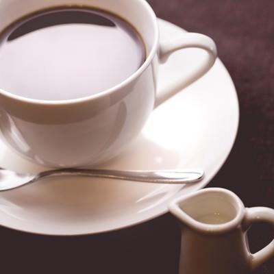 「淹れたてコーヒーとミルク」の写真素材