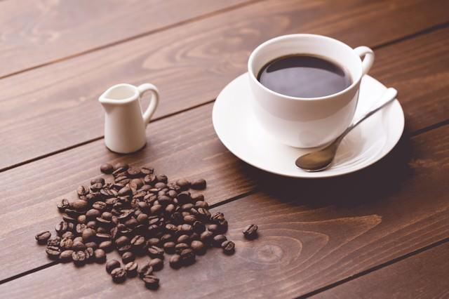コーヒー豆と淹れたてのコーヒーの写真