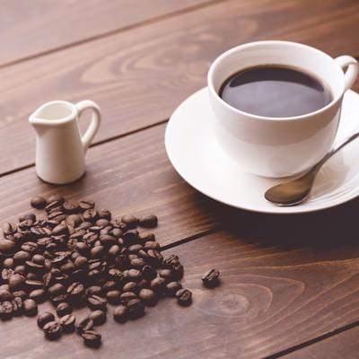 「コーヒー豆と淹れたてのコーヒー」の写真素材