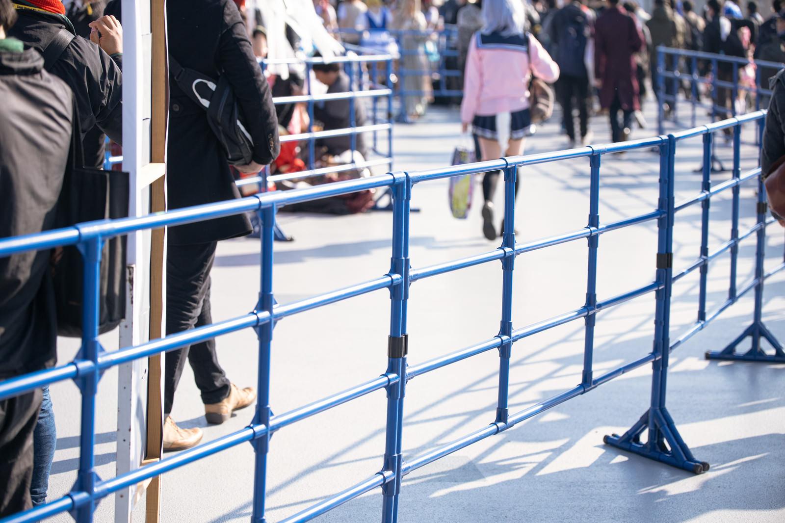 「コスプレエリアを隔てる柵」の写真