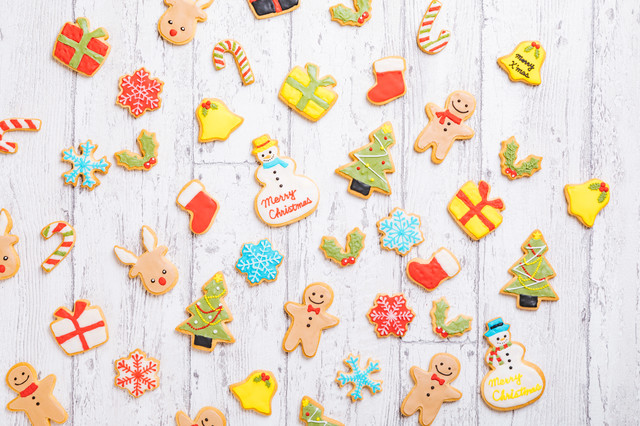 木目の板とクリスマスアイシングクッキーの写真