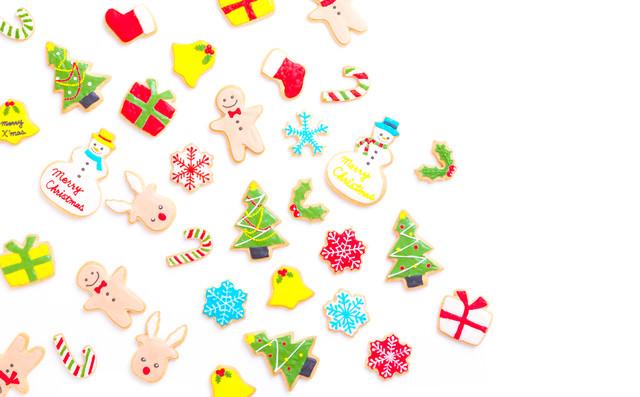 散らばったクリスマス・アイシングクッキーの写真