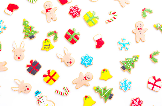 色々な種類のクリスマスアイシングクッキーの写真
