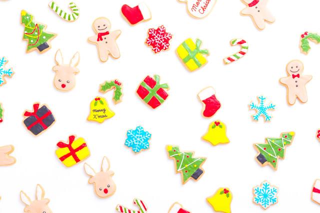 カラフルなクリスマス用アイシングクッキーの写真