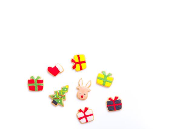 クリスマスツリーやプレゼントのアイシングクッキーの写真