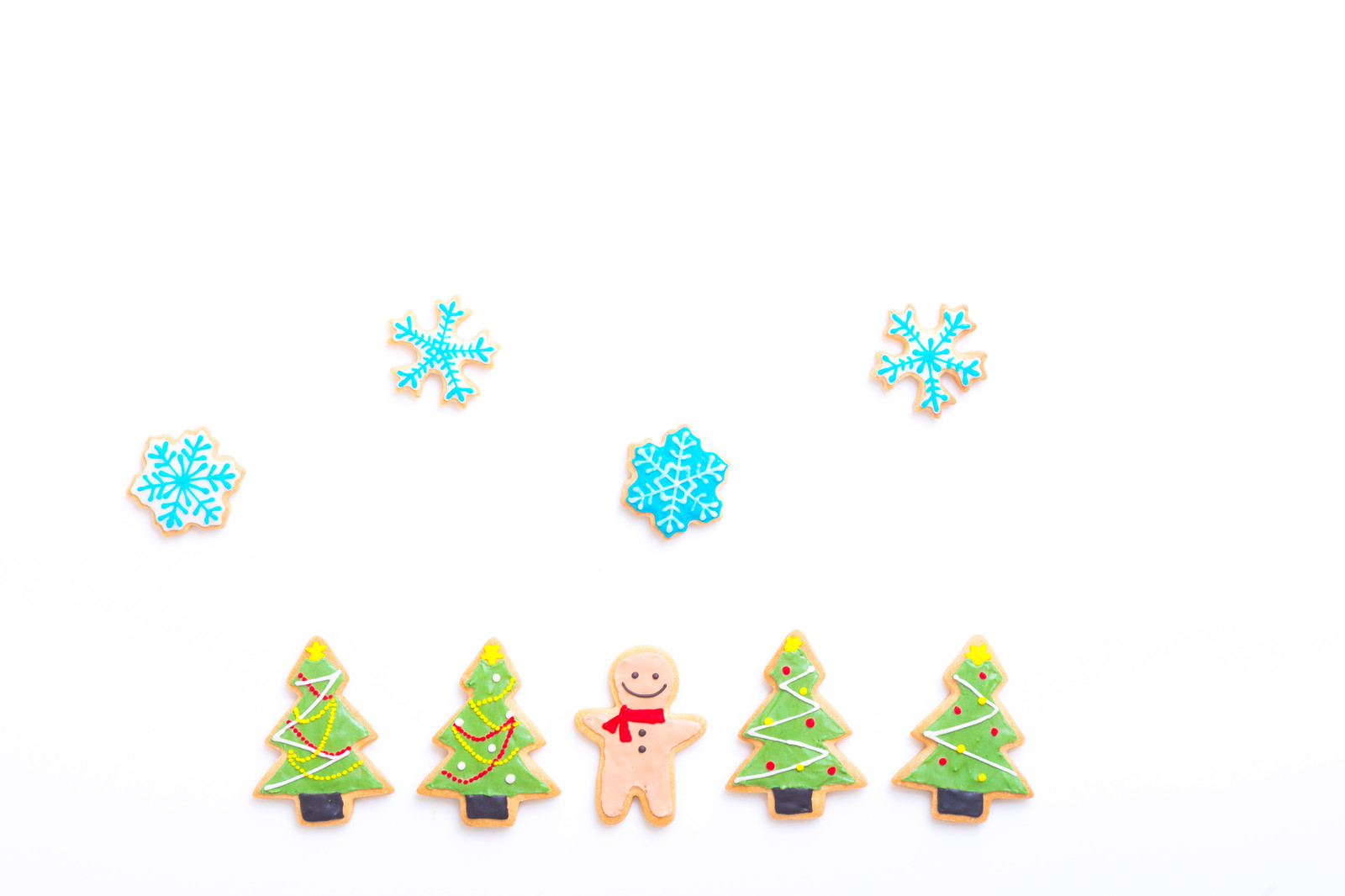 「クリスマスツリーに囲まれて(アイシングクッキー)クリスマスツリーに囲まれて(アイシングクッキー)」のフリー写真素材を拡大