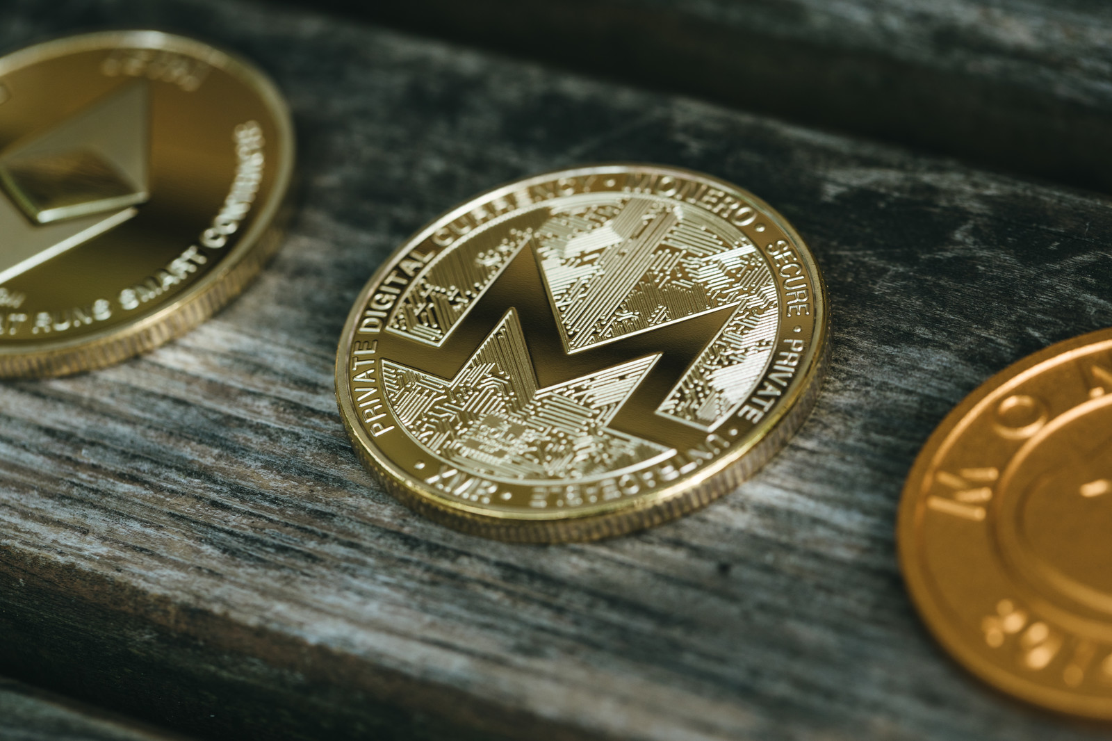 「他の仮想通貨に挟まれるモネロ」の写真