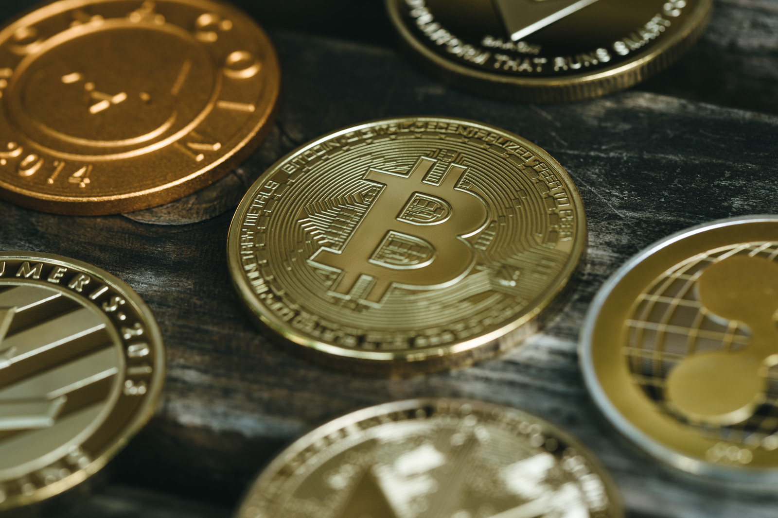 「中央に置かれたビットコイン(仮想通貨)」の写真