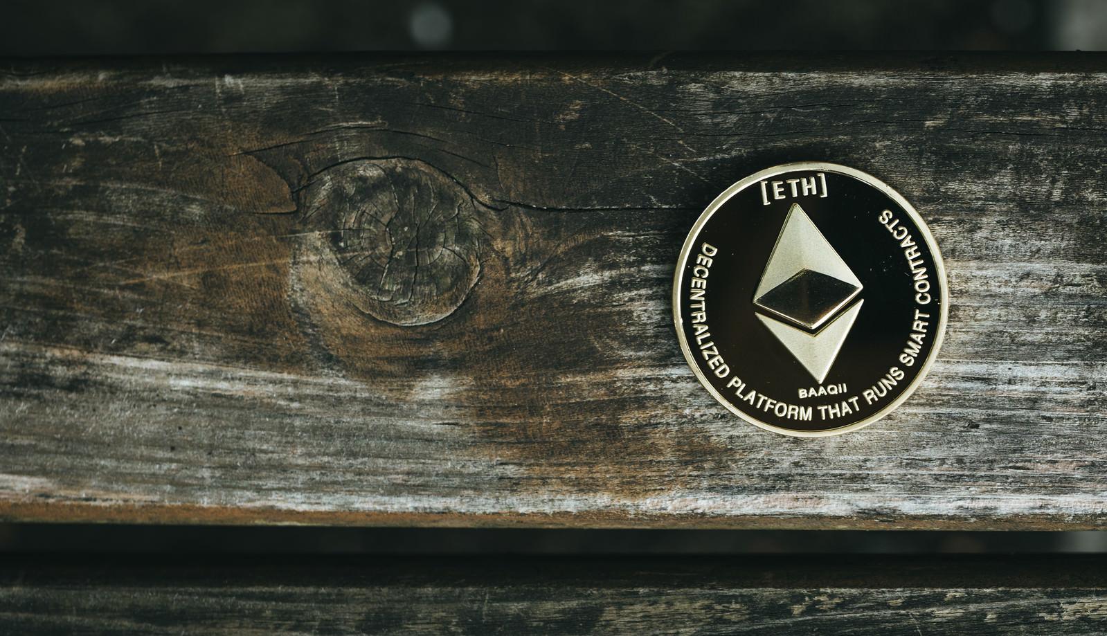 「木目の節とイーサリアム(仮想通貨)」の写真