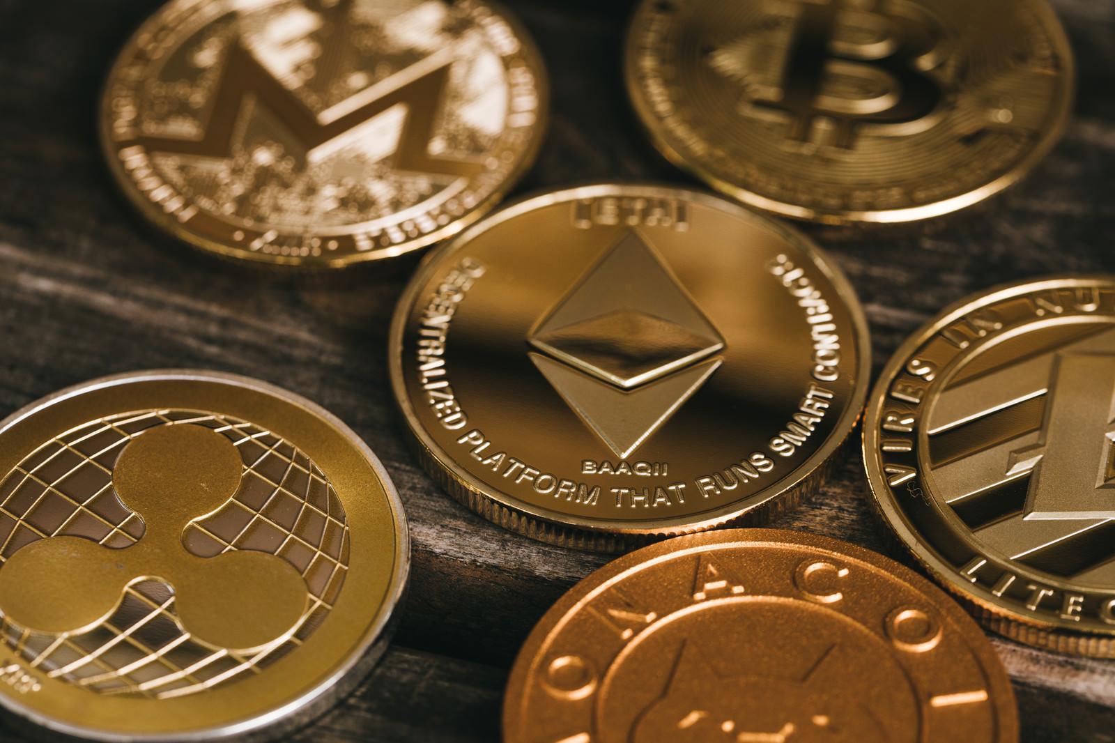 「黄金色に輝く仮想通貨(暗号資産)」の写真