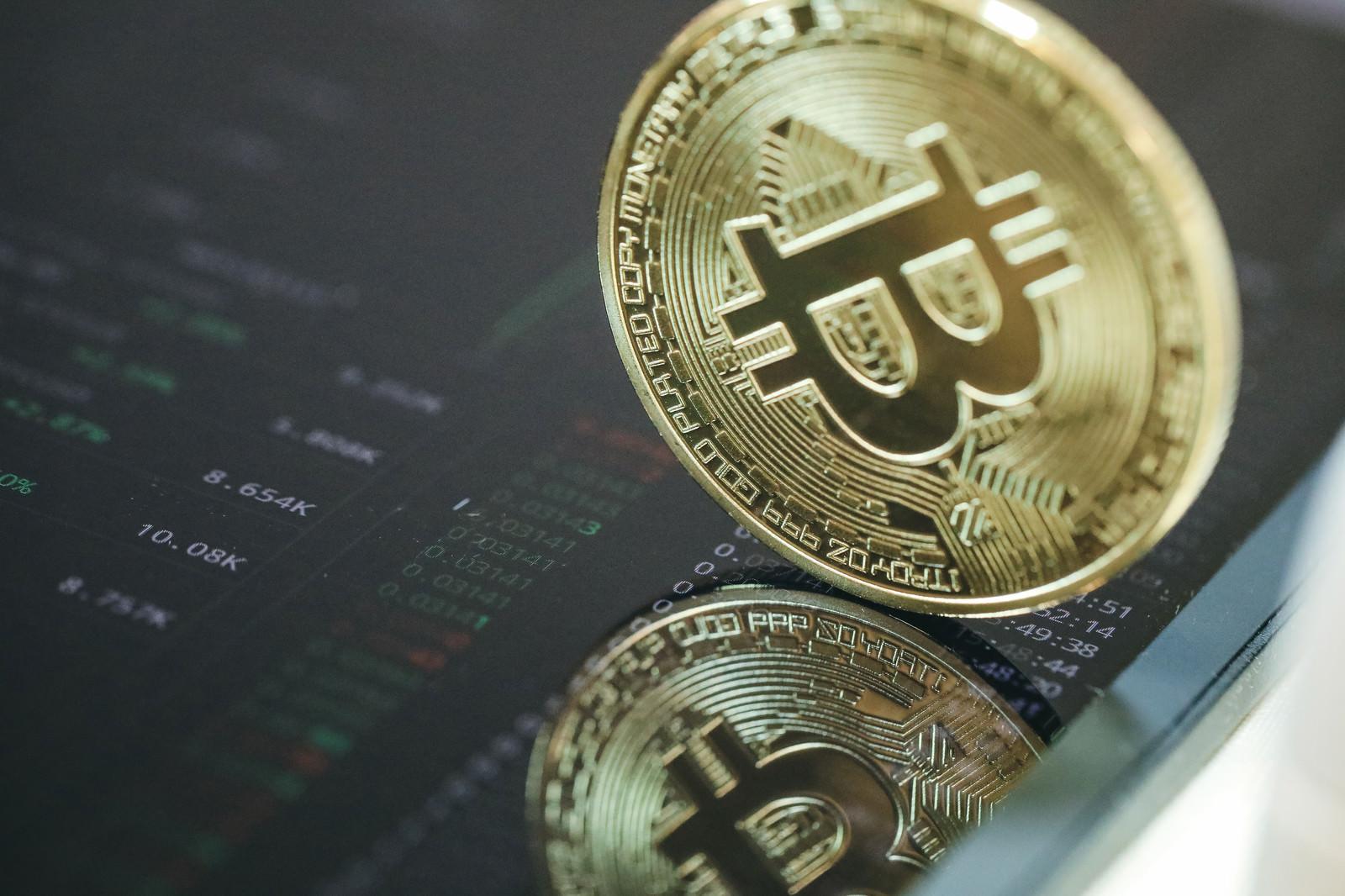 「取引画面に映りこむビットコイン(仮想通貨)」の写真