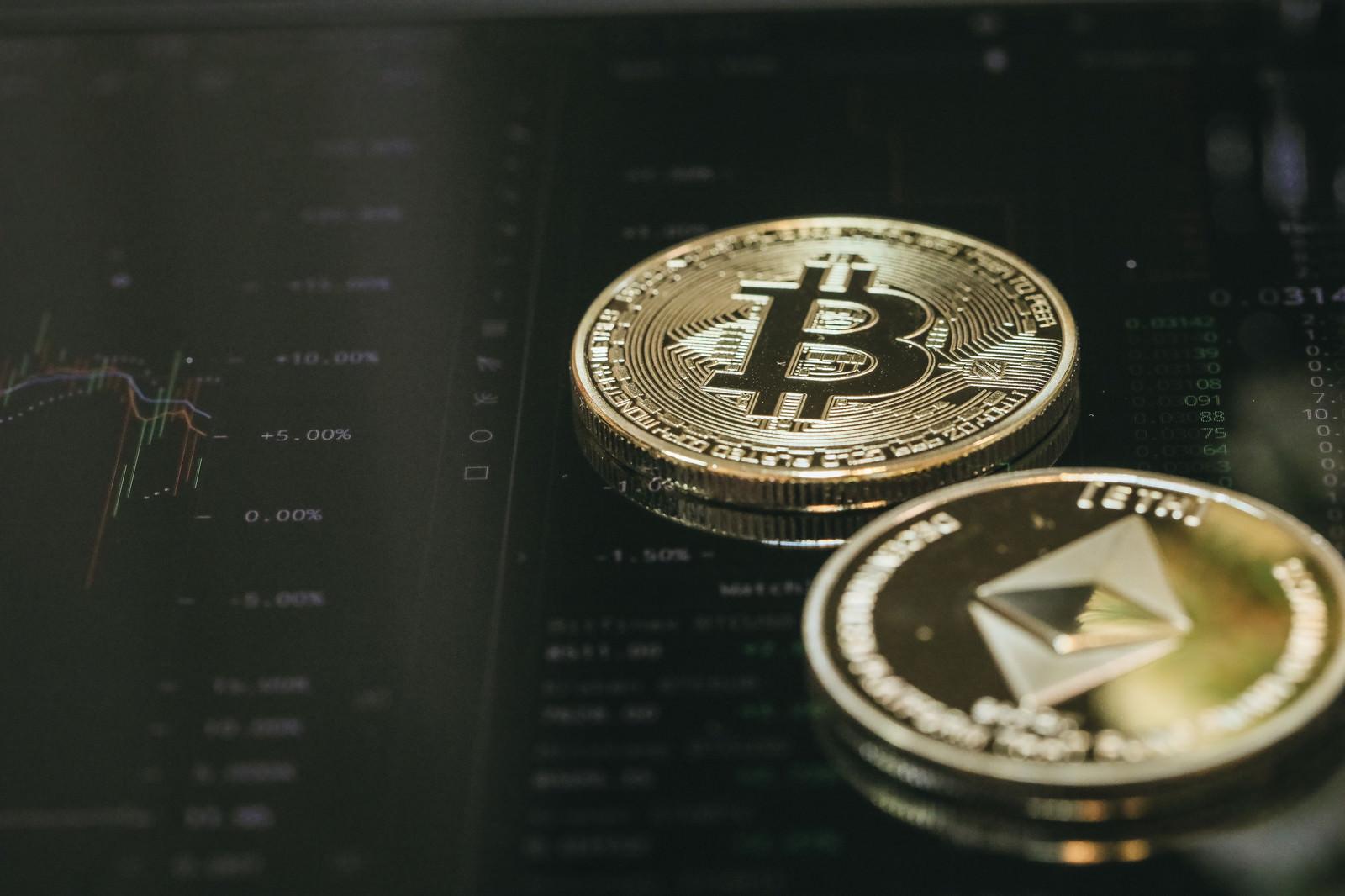 「取引画面上に置かれた仮想通貨(BTC/ETH)」の写真