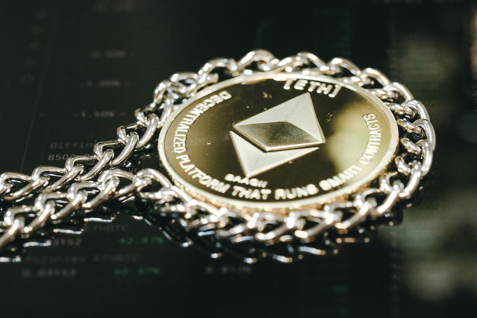 「チェーンで囲ったイーサリアム(仮想通貨)」の写真