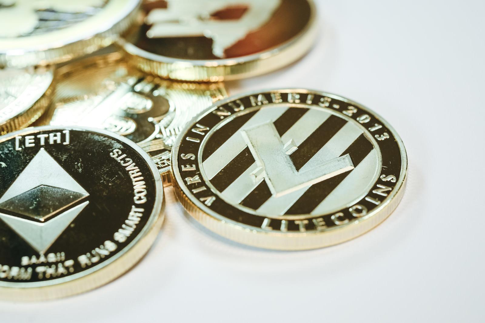 「無造作に置かれた仮想通貨(アルトコイン)」の写真