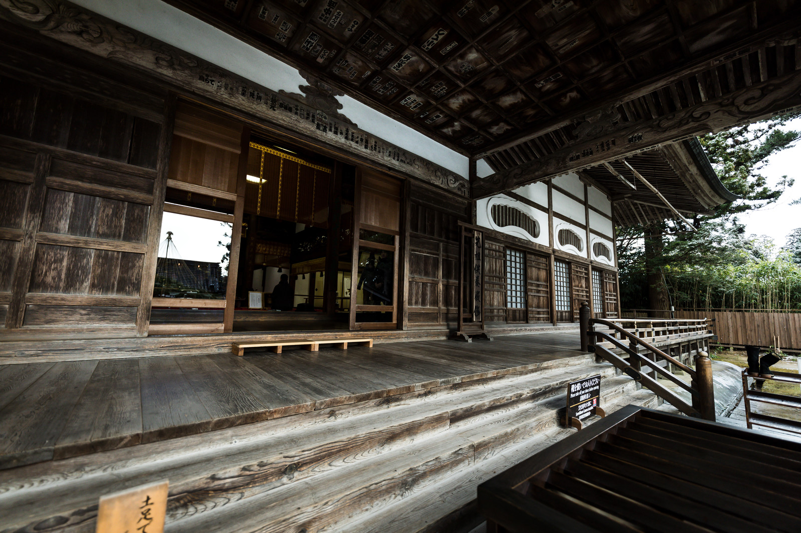 「中尊寺本堂の造り中尊寺本堂の造り」のフリー写真素材を拡大