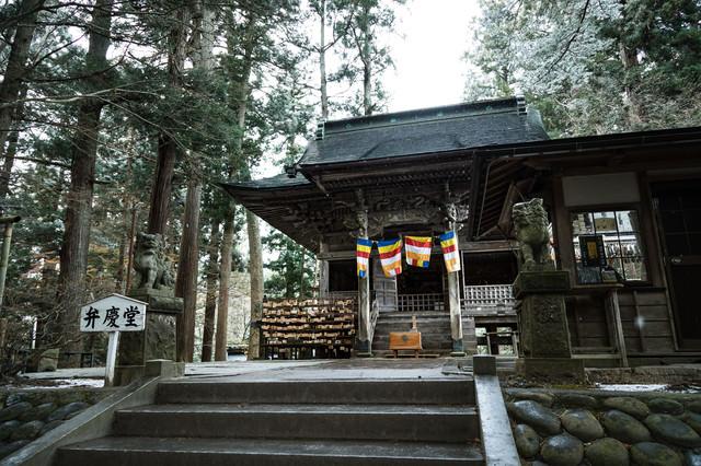 雪が降る中尊寺弁慶堂の写真