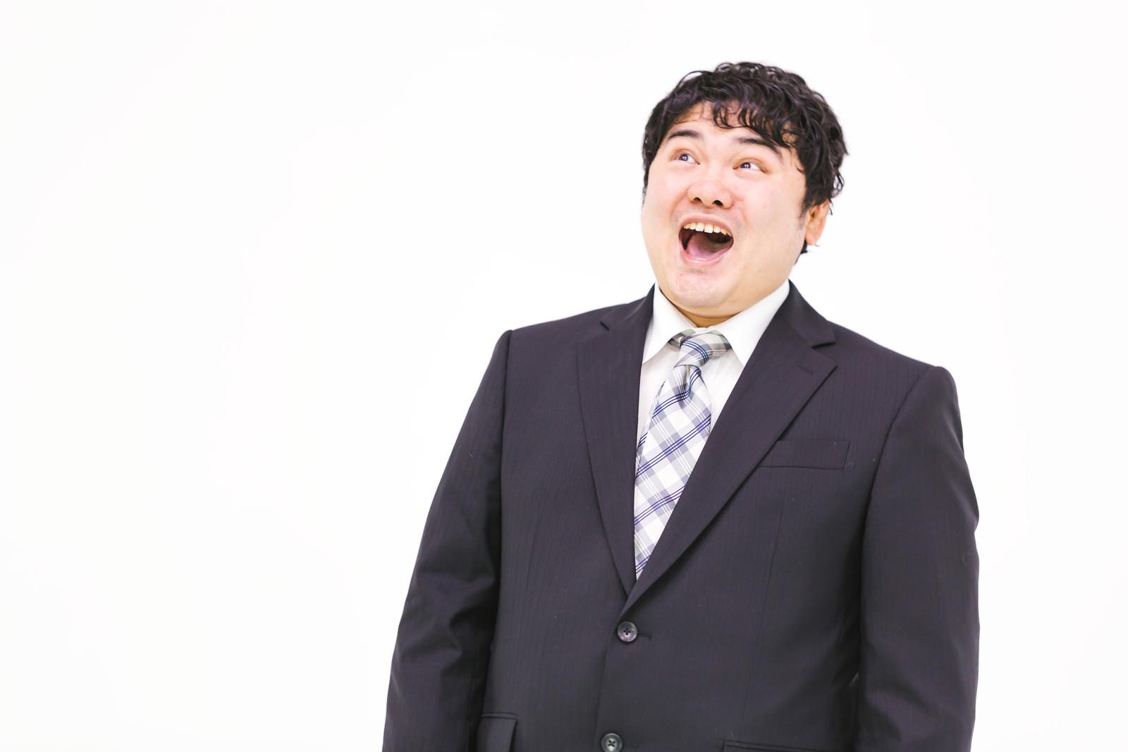 「笑ってごまかす会社員」の写真[モデル:段田隼人]