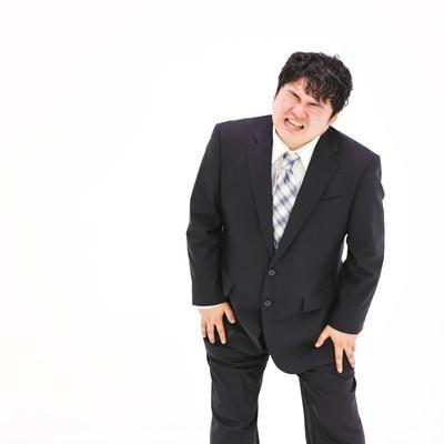 膝を痛めてしまった肥満男性の写真