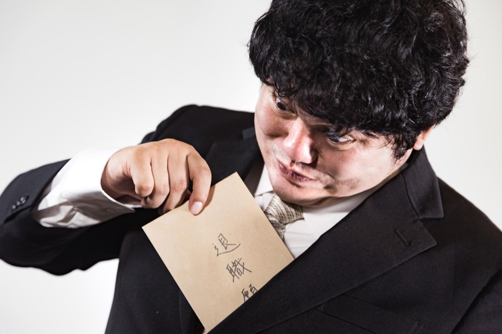 「何かあると退職願をチラ見せする会社員」の写真[モデル:段田隼人]