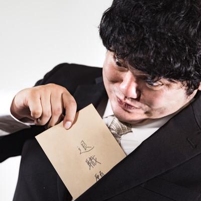 「何かあると退職願をチラ見せする会社員」の写真素材