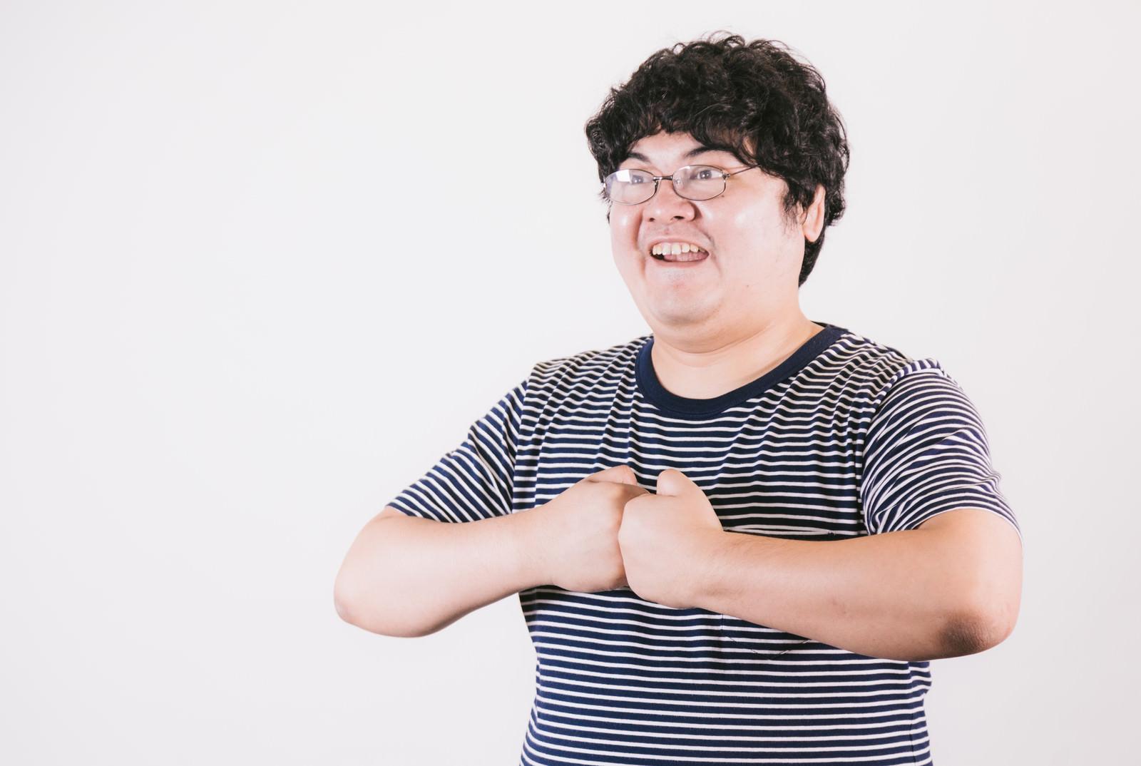 「拳に力を込める自称21歳」の写真[モデル:段田隼人]