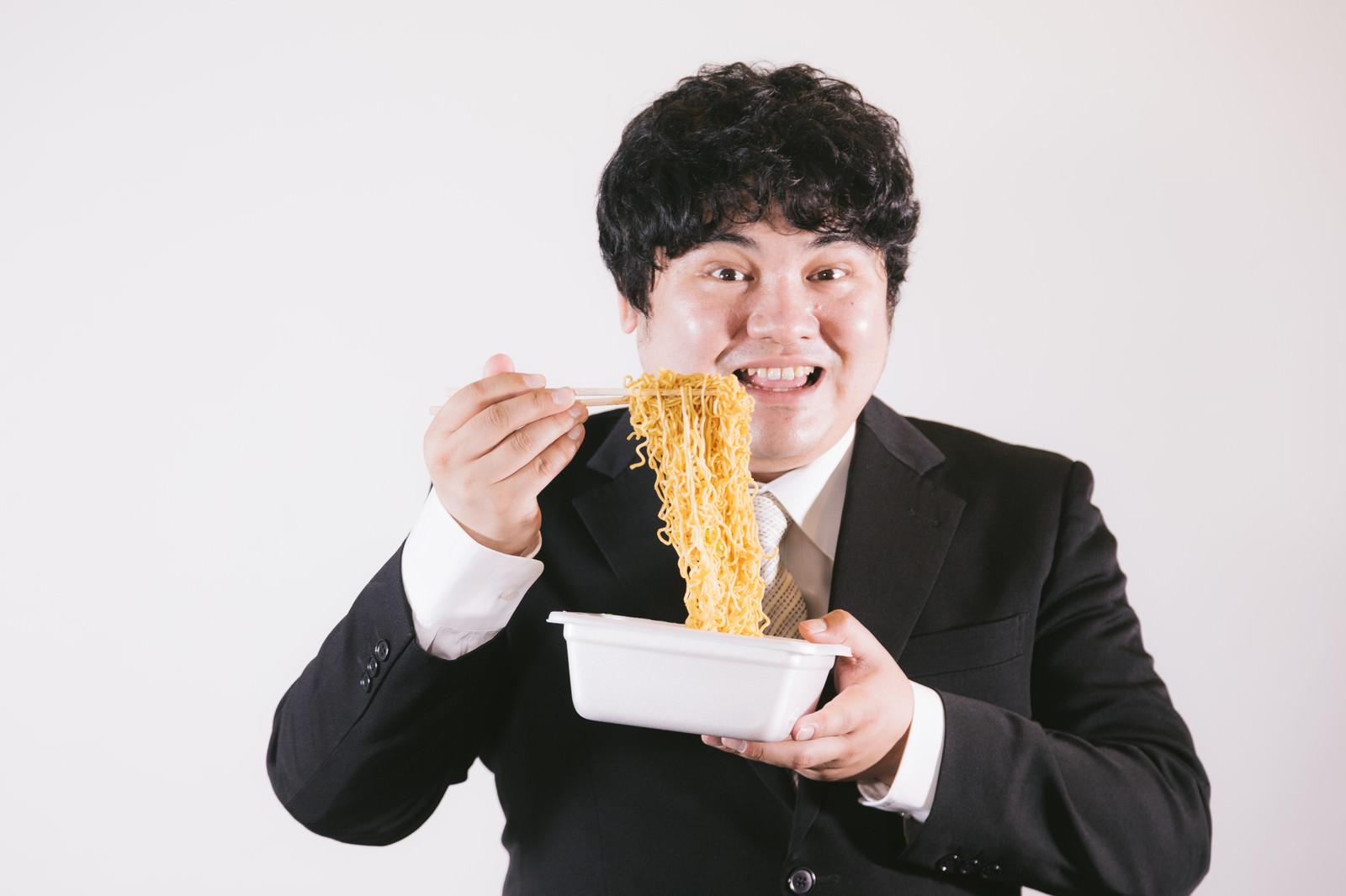 「ニコニコ笑顔でソース焼きそばを作るエンジニア」の写真[モデル:段田隼人]