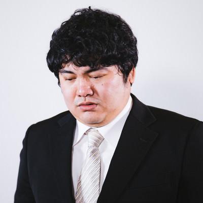 「ネットリンチに落ち込む男性」の写真素材
