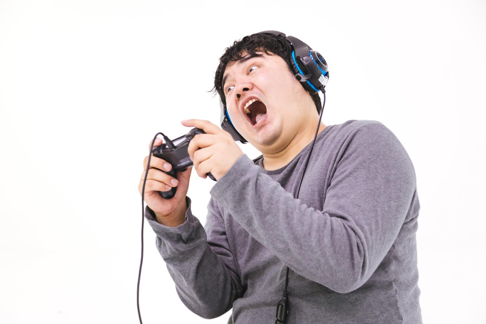 「ゲームに没頭しすぎて日常生活に支障が出そうな男性」の写真[モデル:段田隼人]