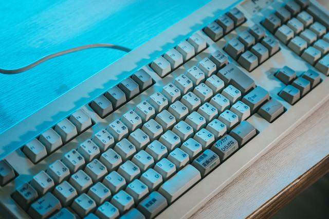 分厚い昔のキーボードの写真