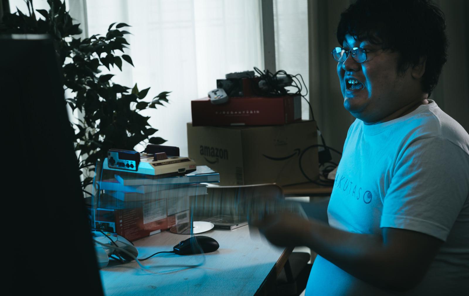 「自宅でリモート中にキレるエンジニアの様子」の写真[モデル:段田隼人]