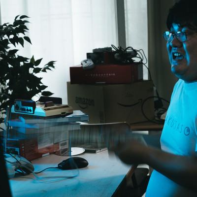 「自宅でリモート中にキレるエンジニアの様子」の写真素材