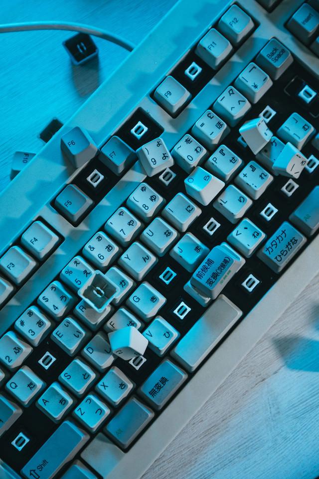 破壊されたキーボードの写真