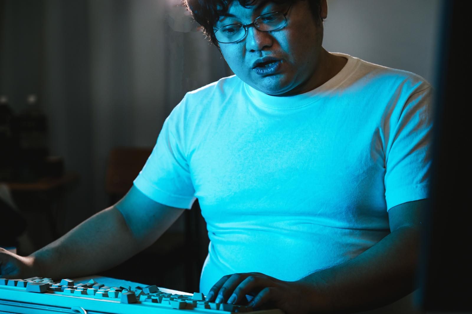 「席に戻ったらキーボードが破壊されていたエンジニア」の写真[モデル:段田隼人]