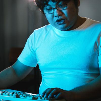 「席に戻ったらキーボードが破壊されていたエンジニア」の写真素材