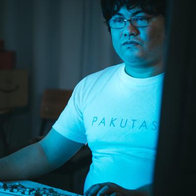 「モニターの明かりで淡々と作業をするエンジニア」の写真素材