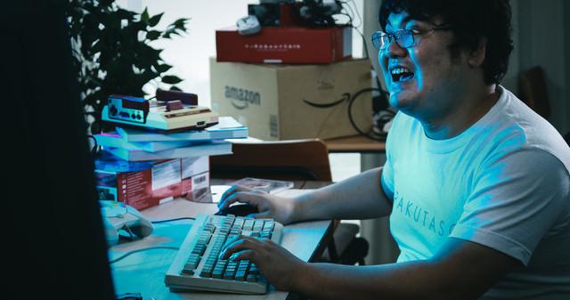 自室に篭ってゲームばかりしているメタボ男子の写真