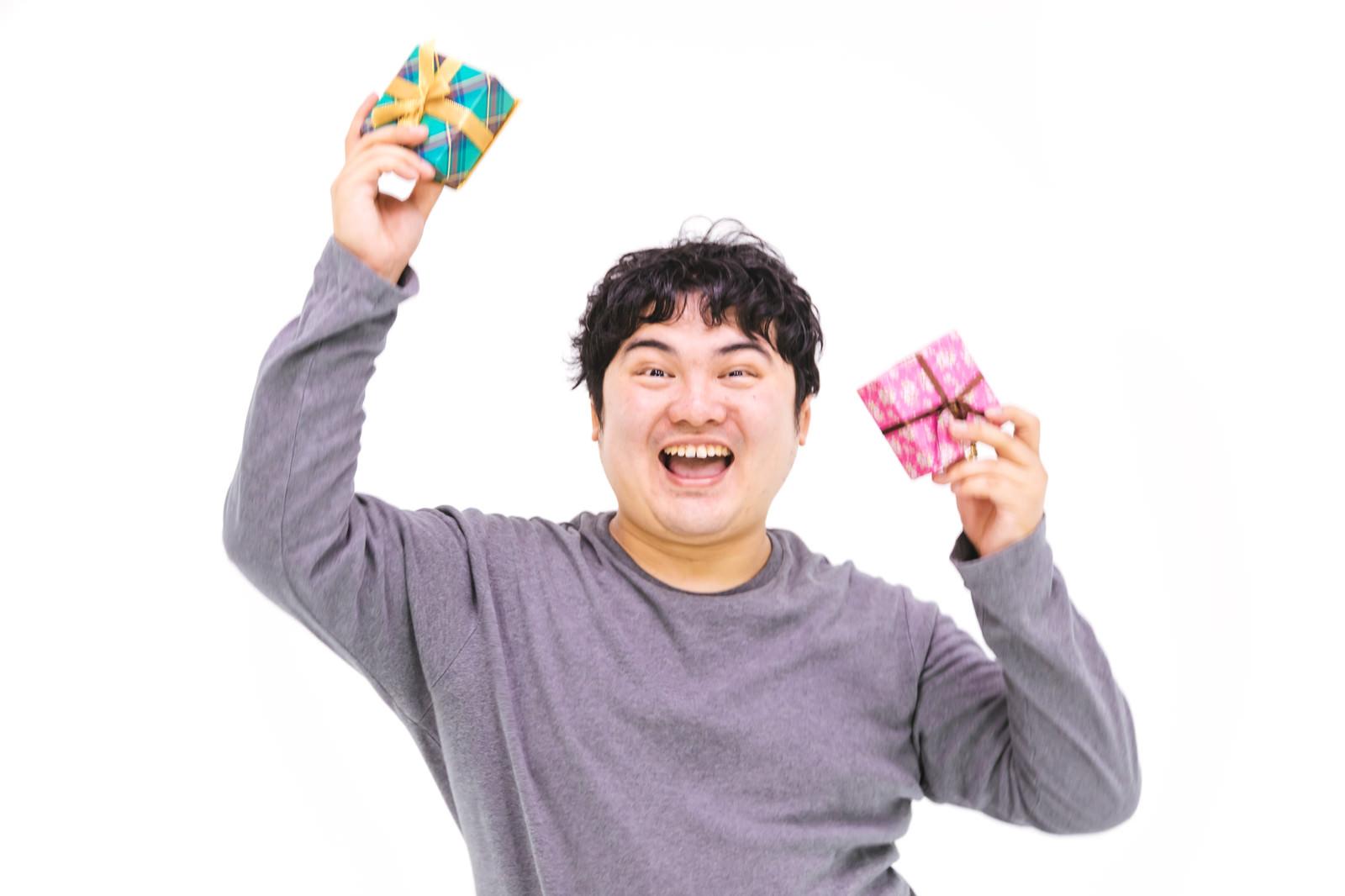 「バレンタインデーにチョコをもらったエンジニアさん(ただし義理)」の写真[モデル:段田隼人]