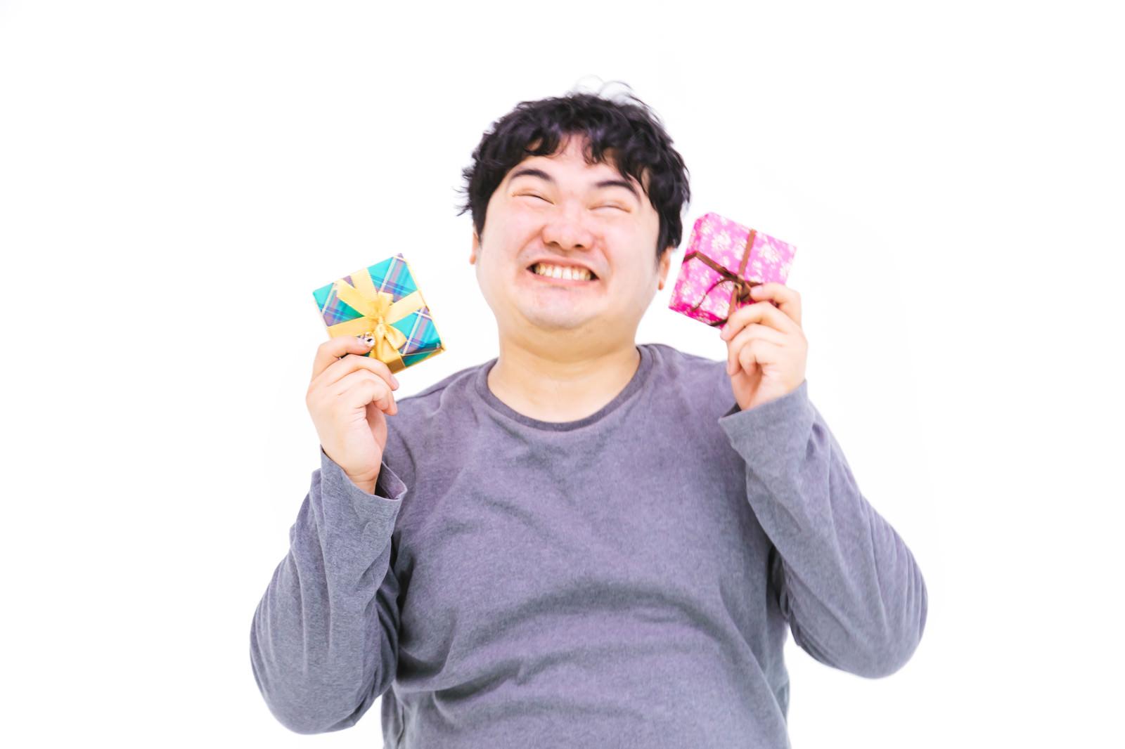 「何度もプレゼントを自慢してくるやつ | 写真の無料素材・フリー素材 - ぱくたそ」の写真[モデル:段田隼人]