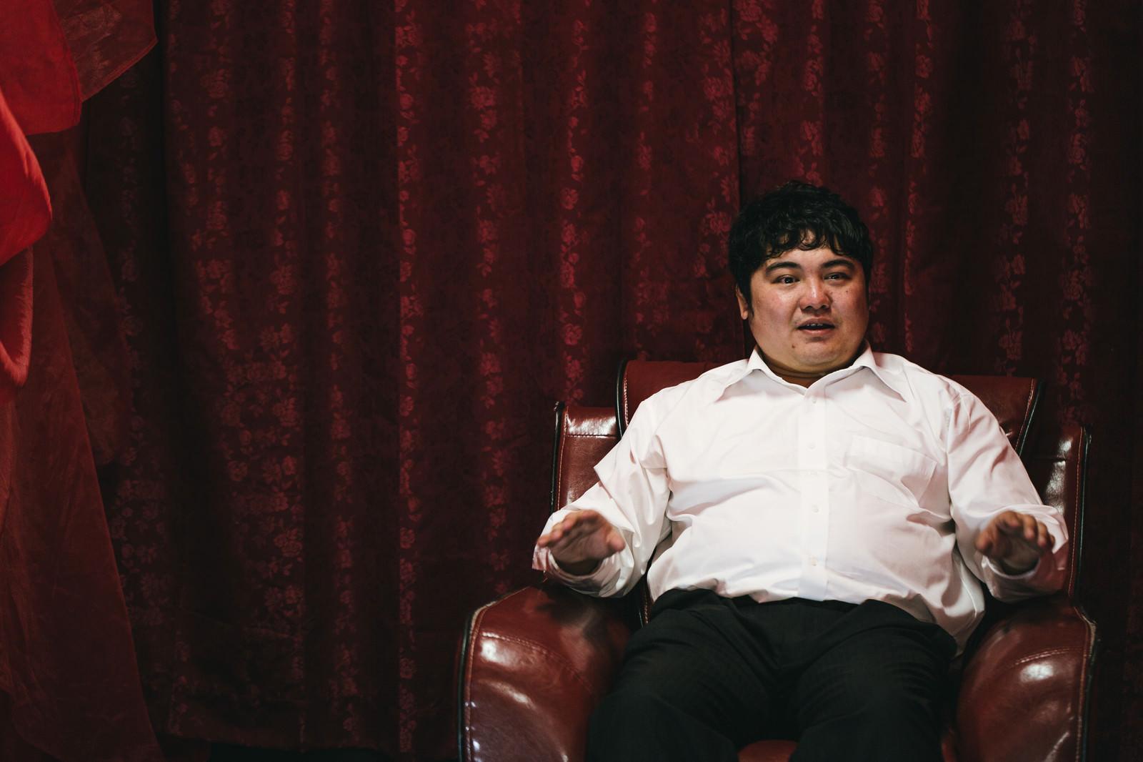 「「その椅子、高級車買えるんで気をつけてください。」と言われた瞬間」の写真[モデル:段田隼人]