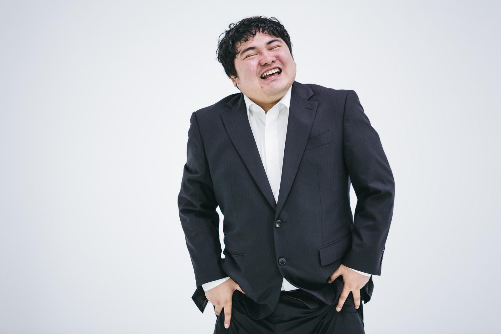 「笑ってごまかすマン」の写真[モデル:段田隼人]